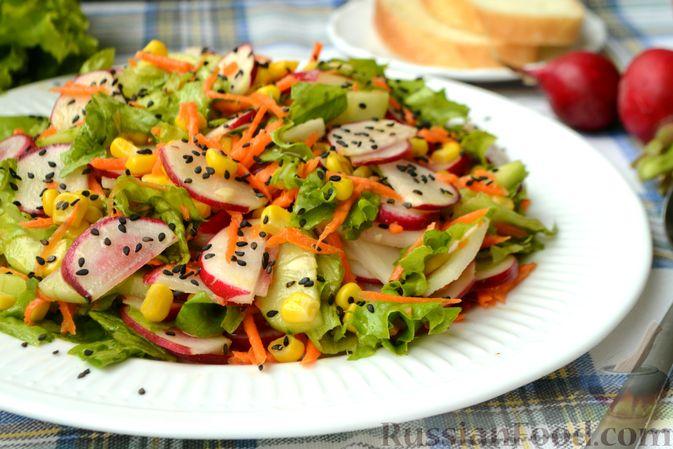 Фото приготовления рецепта: Салат с редиской, огурцом, морковью и кукурузой - шаг №12
