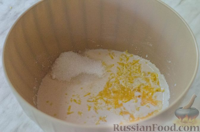 Фото приготовления рецепта: Большая ватрушка с клубникой и сливочно-сырным кремом - шаг №7