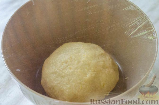 Фото приготовления рецепта: Большая ватрушка с клубникой и сливочно-сырным кремом - шаг №11