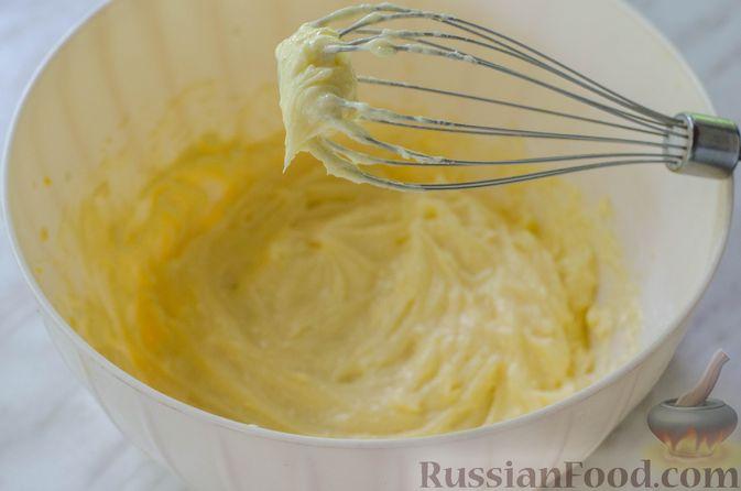 Фото приготовления рецепта: Большая ватрушка с клубникой и сливочно-сырным кремом - шаг №13