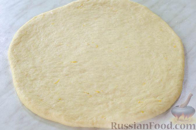 Фото приготовления рецепта: Большая ватрушка с клубникой и сливочно-сырным кремом - шаг №17