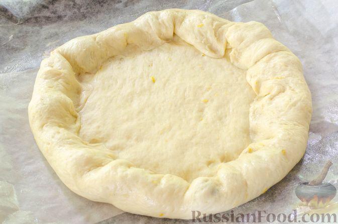 Фото приготовления рецепта: Большая ватрушка с клубникой и сливочно-сырным кремом - шаг №19