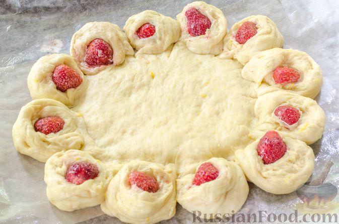 Фото приготовления рецепта: Большая ватрушка с клубникой и сливочно-сырным кремом - шаг №21
