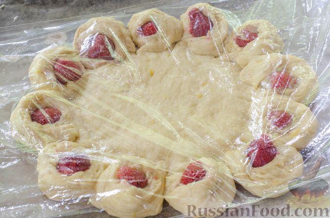 Фото приготовления рецепта: Большая ватрушка с клубникой и сливочно-сырным кремом - шаг №22