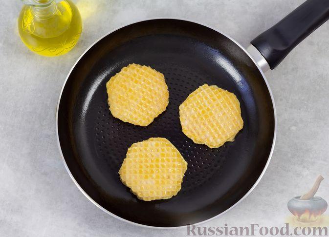 Фото приготовления рецепта: Колбаса, обжаренная в вафельных коржах - шаг №6