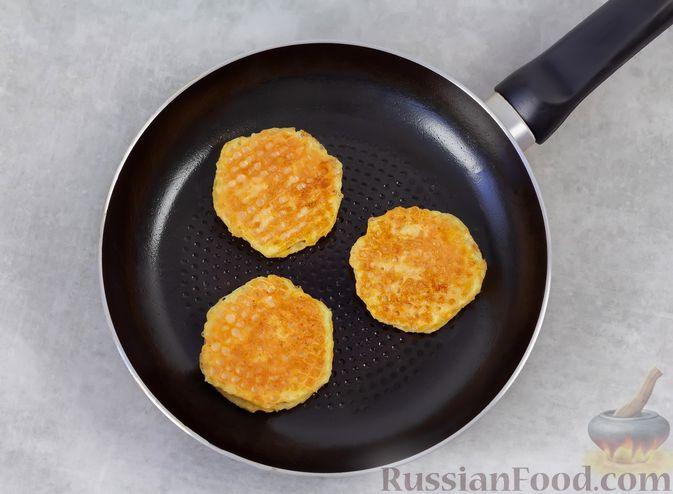 Фото приготовления рецепта: Колбаса, обжаренная в вафельных коржах - шаг №7