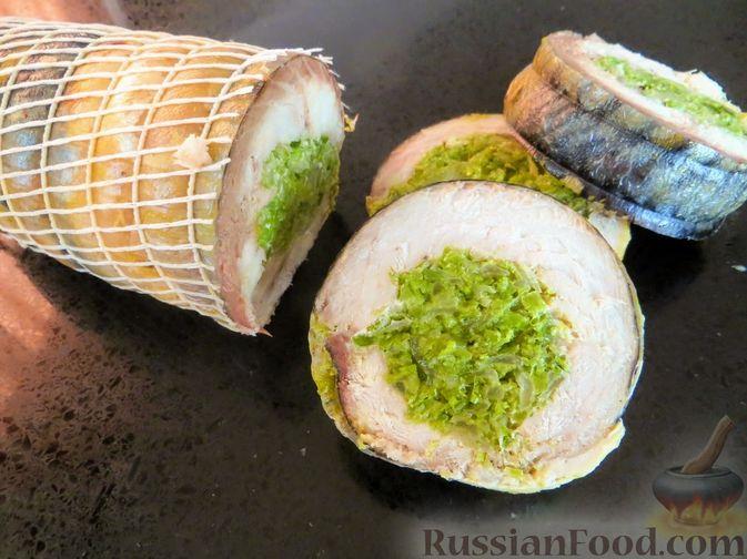 Фото к рецепту: Рулет из скумбрии с жареным луком и чесночными стрелками