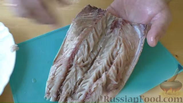 Фото приготовления рецепта: Рулет из скумбрии с жареным луком и чесночными стрелками - шаг №4