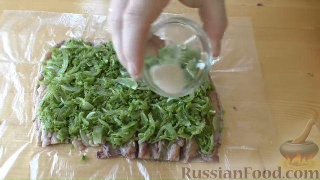 Фото приготовления рецепта: Рулет из скумбрии с жареным луком и чесночными стрелками - шаг №9