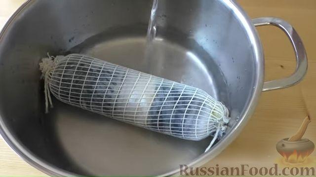Фото приготовления рецепта: Рулет из скумбрии с жареным луком и чесночными стрелками - шаг №11