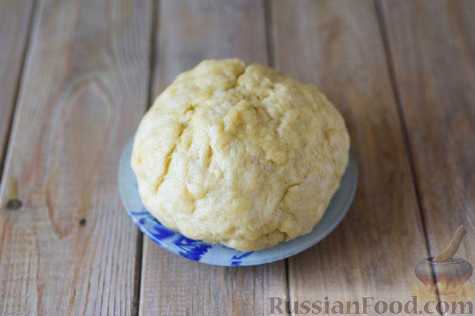 Фото приготовления рецепта: Песочные пироги с мясом, помидорами и перепелиными яйцами - шаг №5