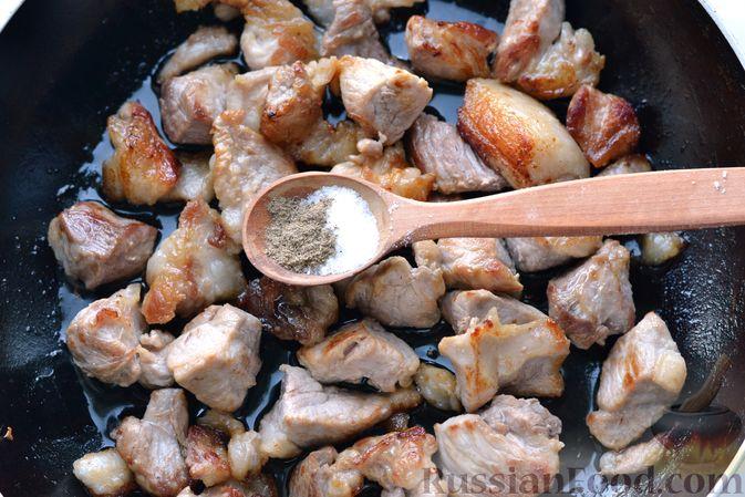 Фото приготовления рецепта: Капуста, тушенная с мясом, рисом и грибами - шаг №4