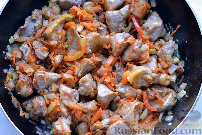 Фото приготовления рецепта: Капуста, тушенная с мясом, рисом и грибами - шаг №9