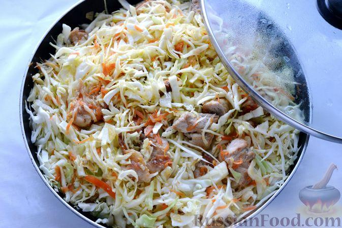 Фото приготовления рецепта: Капуста, тушенная с мясом, рисом и грибами - шаг №11