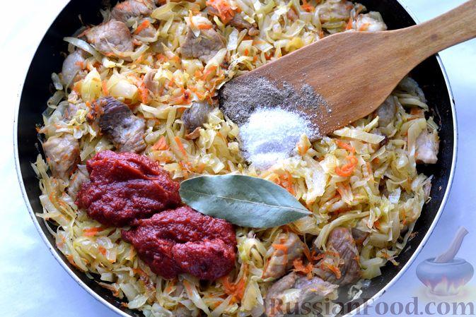 Фото приготовления рецепта: Капуста, тушенная с мясом, рисом и грибами - шаг №12