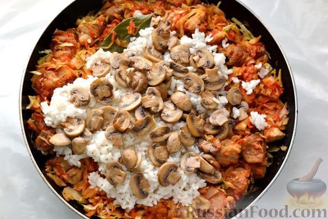 Фото приготовления рецепта: Капуста, тушенная с мясом, рисом и грибами - шаг №13
