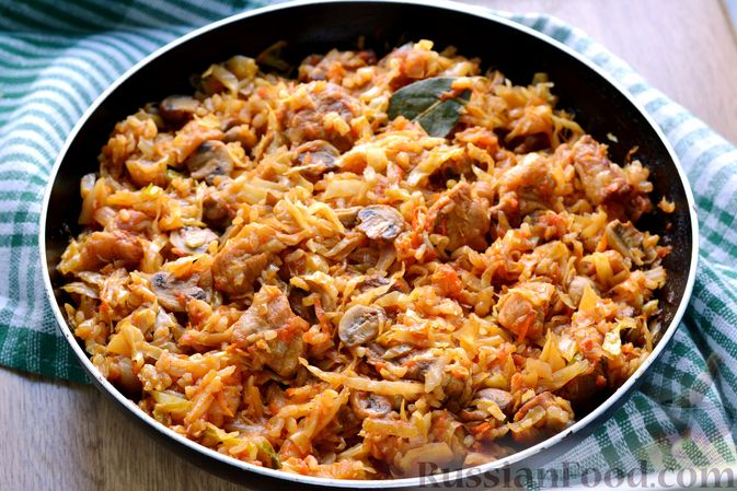 Фото приготовления рецепта: Капуста, тушенная с мясом, рисом и грибами - шаг №14