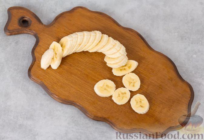 Фото приготовления рецепта: Творожный смузи с кефиром, бананом и мёдом - шаг №2