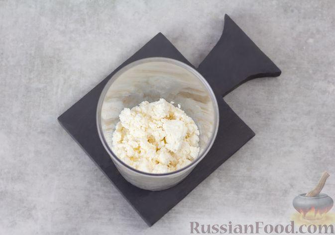 Фото приготовления рецепта: Творожный смузи с кефиром, бананом и мёдом - шаг №3