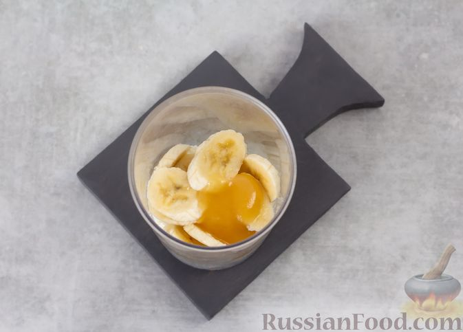 Фото приготовления рецепта: Творожный смузи с кефиром, бананом и мёдом - шаг №4