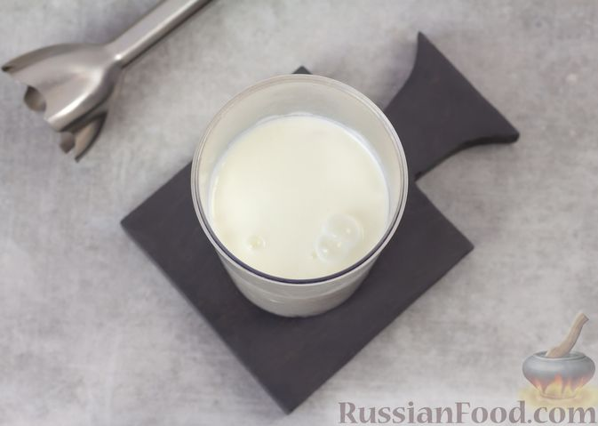 Фото приготовления рецепта: Творожный смузи с кефиром, бананом и мёдом - шаг №5