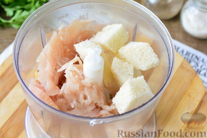 Фото приготовления рецепта: Котлеты из хека с морковью - шаг №4