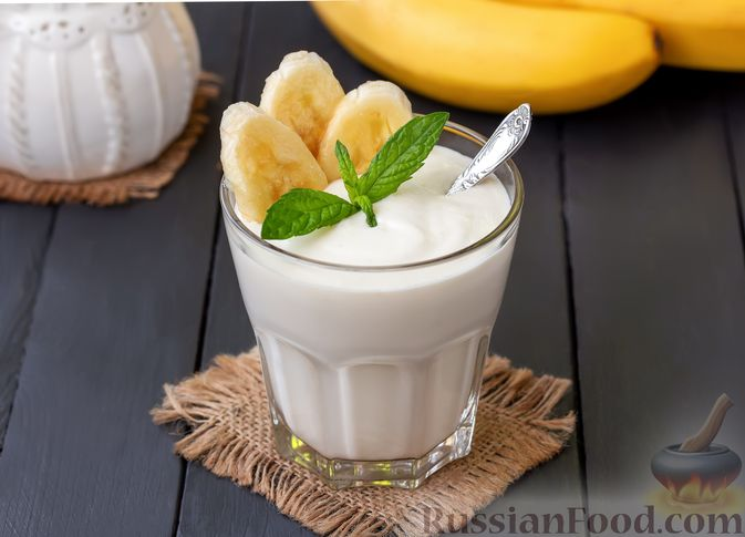 Фото к рецепту: Творожный смузи с кефиром, бананом и мёдом