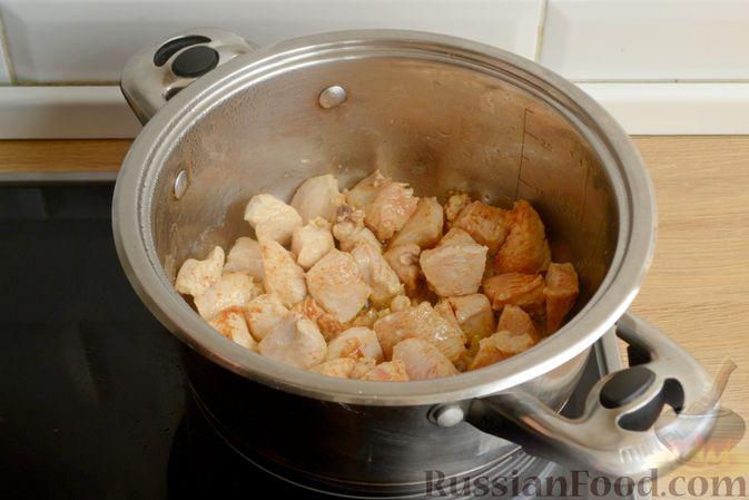 Фото приготовления рецепта: Пряный суп с куриным филе и консервированной фасолью - шаг №6