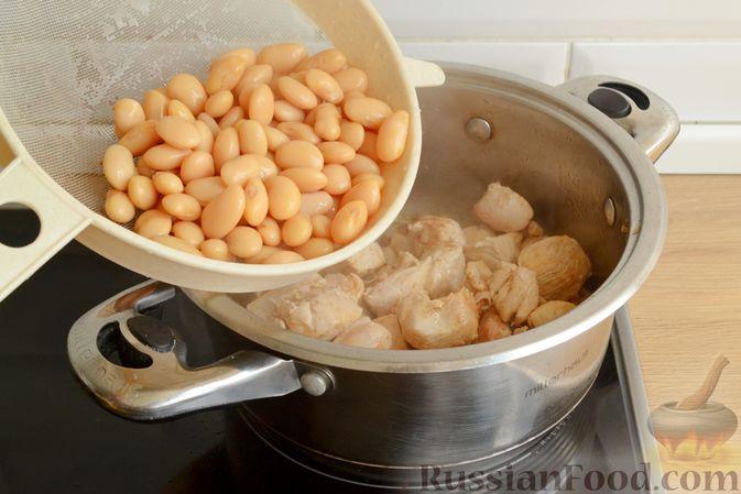 Фото приготовления рецепта: Пряный суп с куриным филе и консервированной фасолью - шаг №11