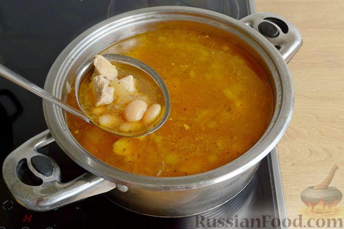 Фото приготовления рецепта: Пряный суп с куриным филе и консервированной фасолью - шаг №13