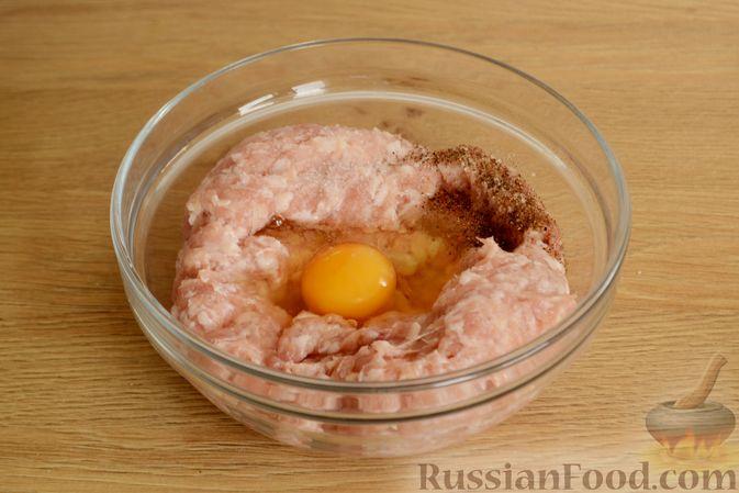 Фото приготовления рецепта: Куриные фрикадельки, тушенные в сырном соусе со шпинатом - шаг №2