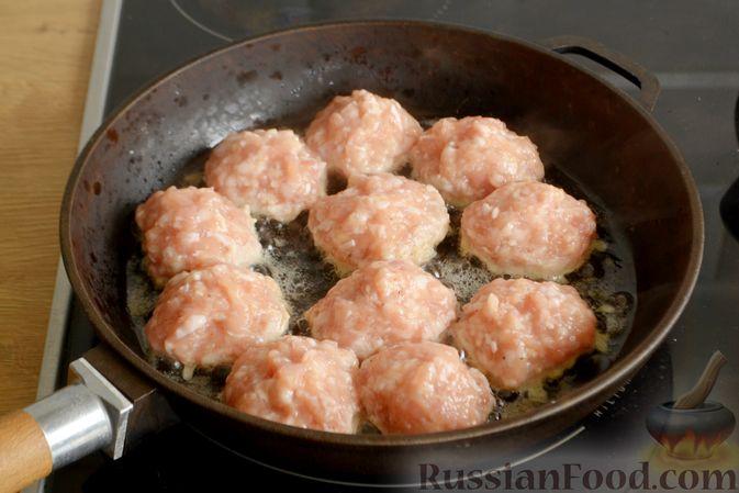 Фото приготовления рецепта: Куриные фрикадельки, тушенные в сырном соусе со шпинатом - шаг №4