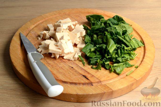 Фото приготовления рецепта: Куриные фрикадельки, тушенные в сырном соусе со шпинатом - шаг №6