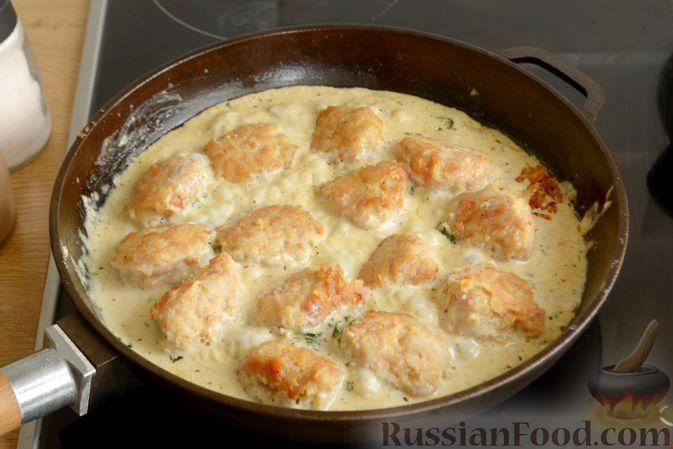 Фото приготовления рецепта: Куриные фрикадельки, тушенные в сырном соусе со шпинатом - шаг №10