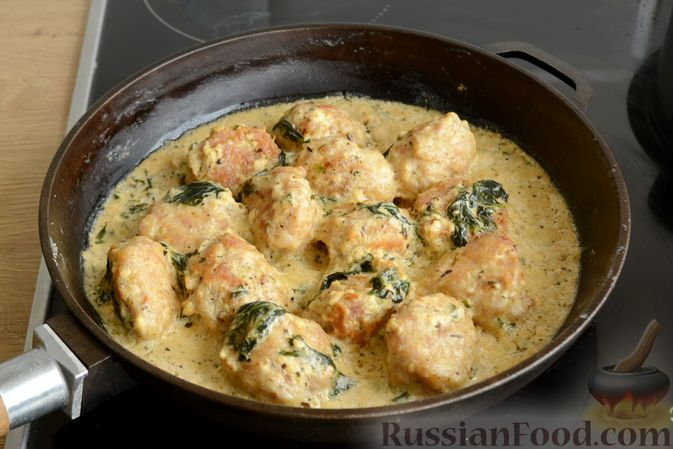 Фото приготовления рецепта: Куриные фрикадельки, тушенные в сырном соусе со шпинатом - шаг №11