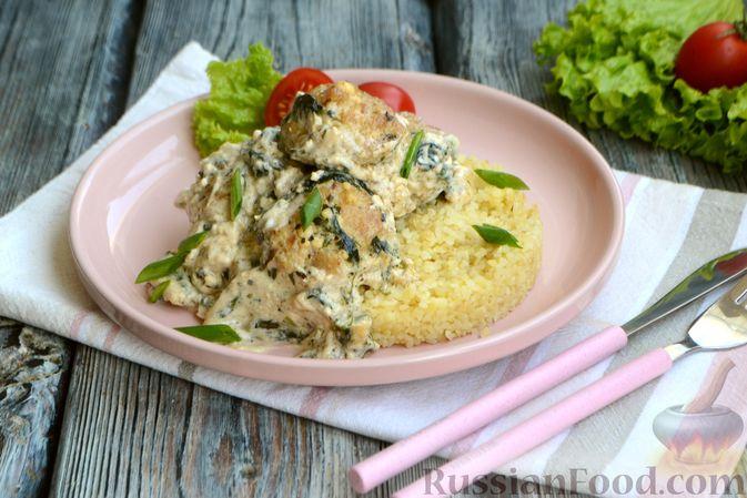 Фото приготовления рецепта: Куриные фрикадельки, тушенные в сырном соусе со шпинатом - шаг №13
