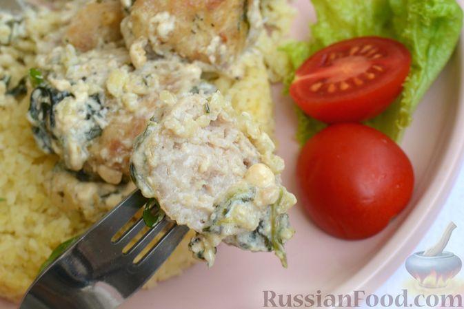 Фото приготовления рецепта: Куриные фрикадельки, тушенные в сырном соусе со шпинатом - шаг №14