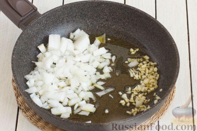 Фото приготовления рецепта: Томатный суп с кабачками и болгарским перцем - шаг №2