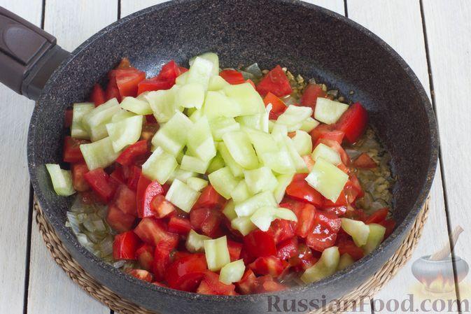 Фото приготовления рецепта: Томатный суп с кабачками и болгарским перцем - шаг №5