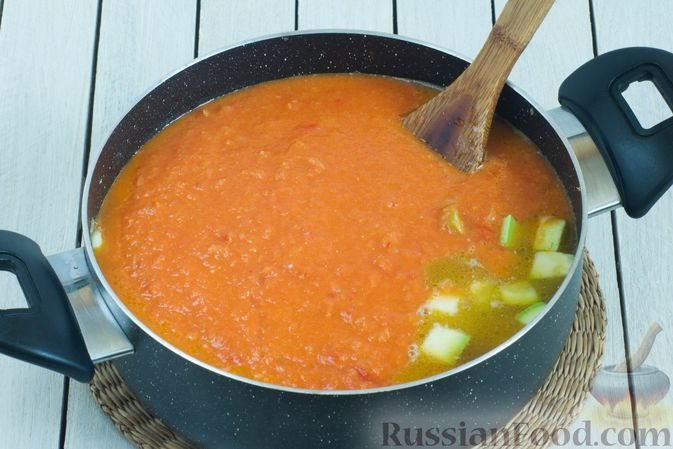 Фото приготовления рецепта: Томатный суп с кабачками и болгарским перцем - шаг №11