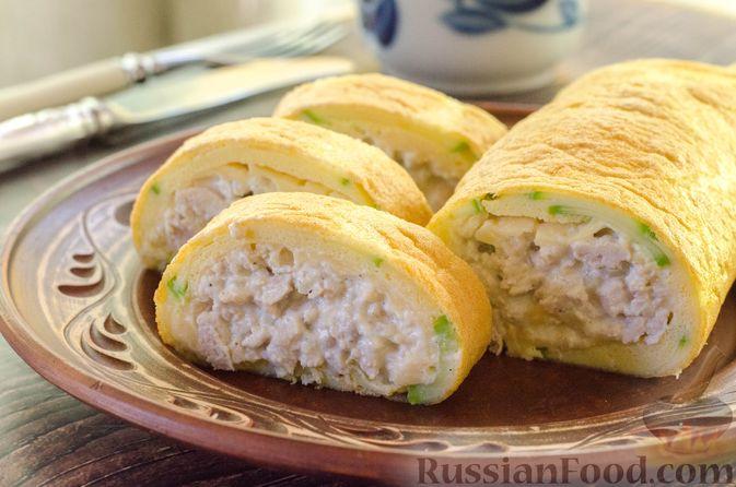 Фото к рецепту: Рулет из кабачков с куриным фаршем и сыром
