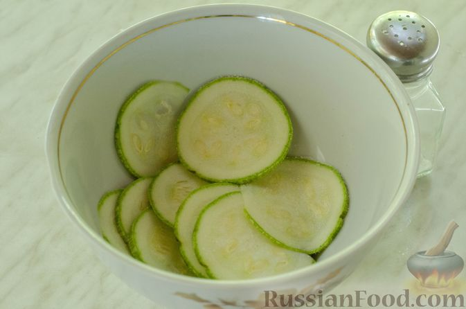 Фото приготовления рецепта: Рулет из кабачков с куриным фаршем и сыром - шаг №3