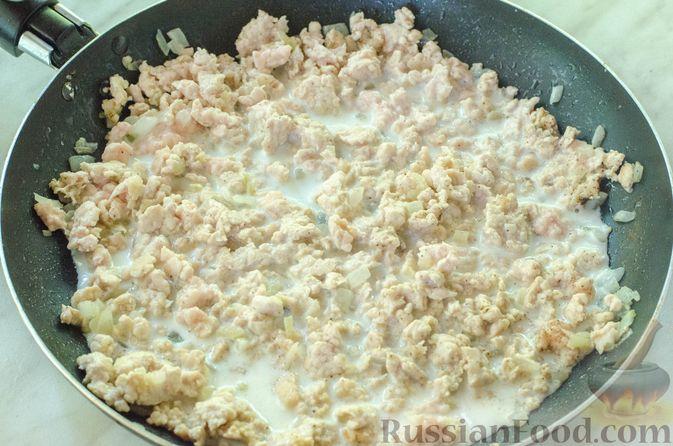 Фото приготовления рецепта: Рулет из кабачков с куриным фаршем и сыром - шаг №12