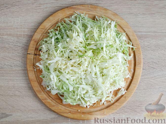 Фото приготовления рецепта: Салат из молодой капусты с курицей, помидорами и горчичной заправкой - шаг №7
