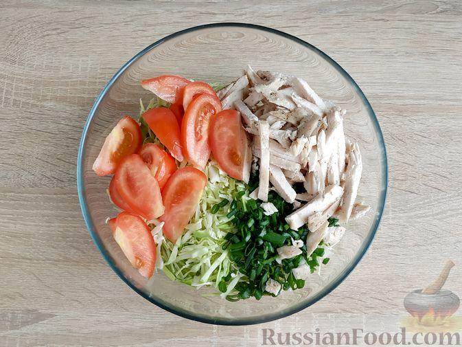 Фото приготовления рецепта: Салат из молодой капусты с курицей, помидорами и горчичной заправкой - шаг №10
