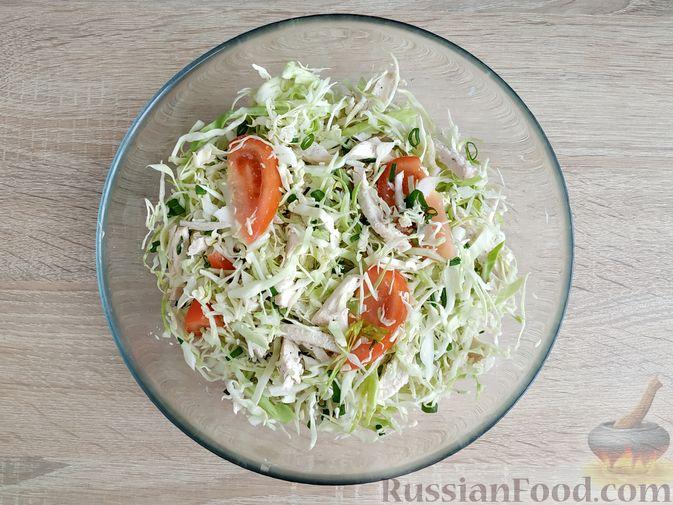 Фото приготовления рецепта: Салат из молодой капусты с курицей, помидорами и горчичной заправкой - шаг №11