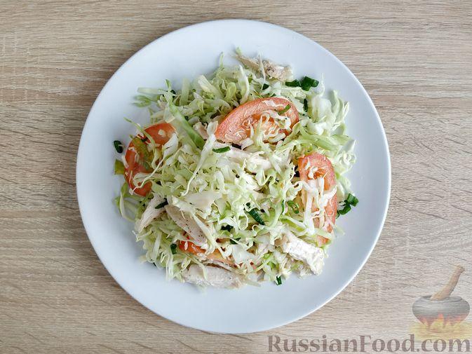Фото приготовления рецепта: Салат из молодой капусты с курицей, помидорами и горчичной заправкой - шаг №13