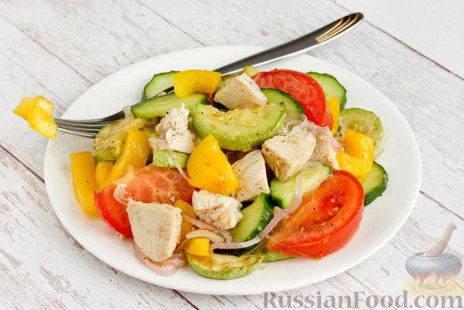 Фото к рецепту: Салат из курицы с кабачками, огурцами, сладким перцем и помидорами