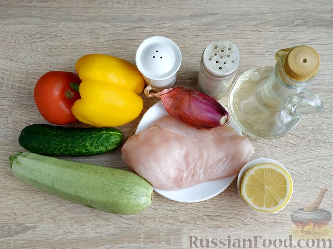 Фото приготовления рецепта: Салат из курицы с кабачками, огурцами, сладким перцем и помидорами - шаг №1