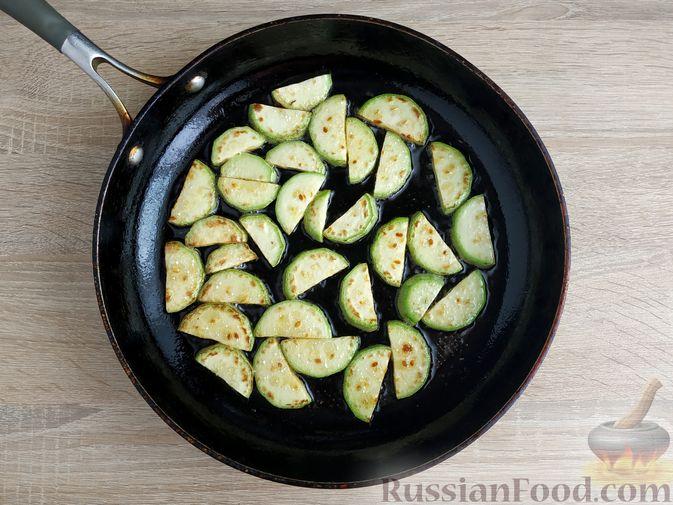Фото приготовления рецепта: Салат из курицы с кабачками, огурцами, сладким перцем и помидорами - шаг №6